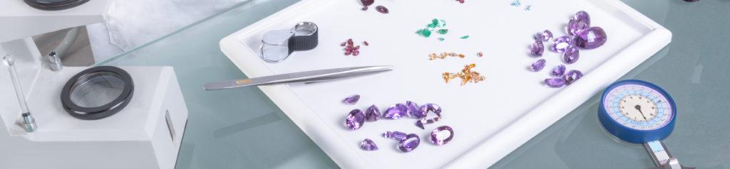 Edelsteine und Werkzeuge auf der Tabelle Mineraloge Qualitätsfaktoren - Wert & Kosten